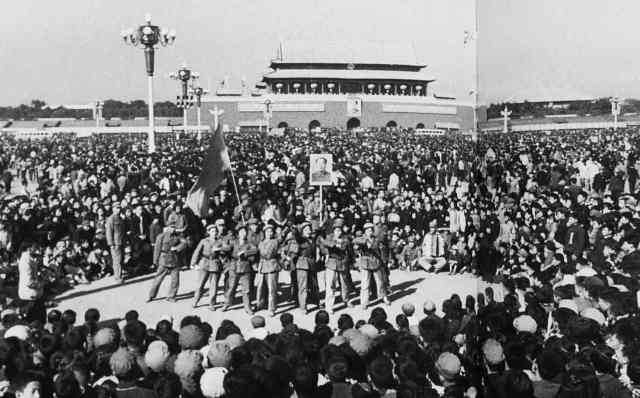 National Day 1966From the superb Red-colour News Soldier by Zhensheng