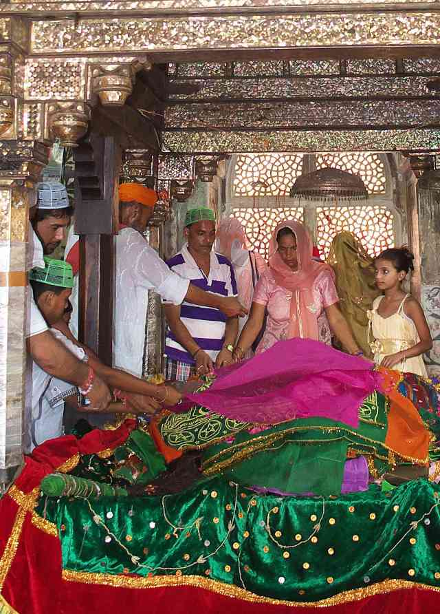Laying cloth over the tomb of Salim Chisti so your prayers will be remembered