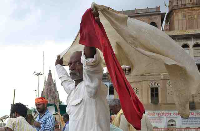 Pilgrim drying his cloak after bathing in ganges..my favourite pic in VNC